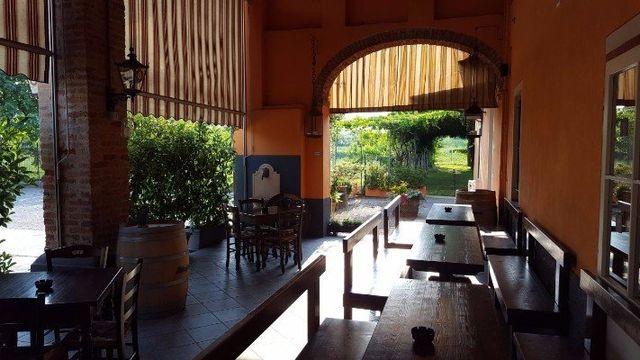 Tavole di legno interni e tavoli con vista del giardino