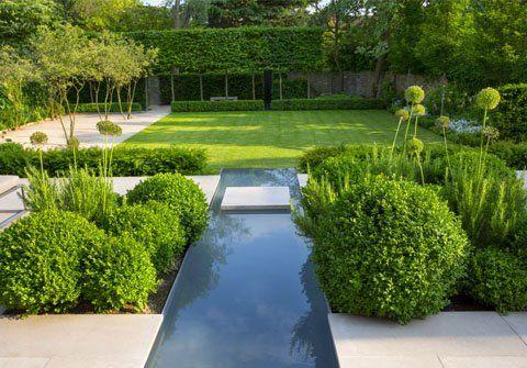 un giardino con al centro una passerella