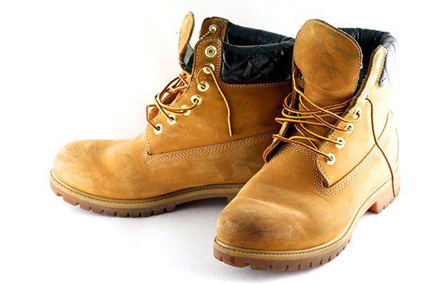 due scarpe marroni antifortunistiche