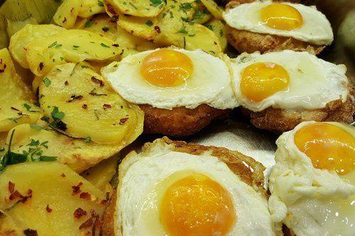 uova ad occhio di bue con contorno di patate