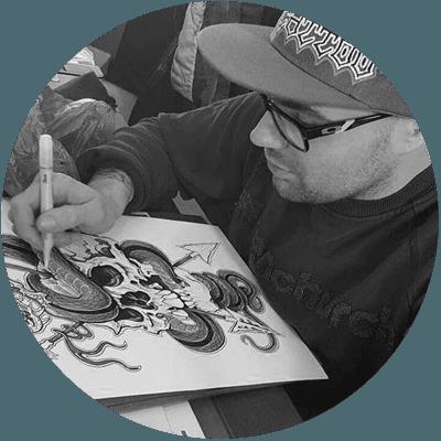 Il tatuatore Alan mentre disegna