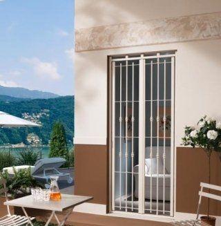una finestra con una griglia di color bianco
