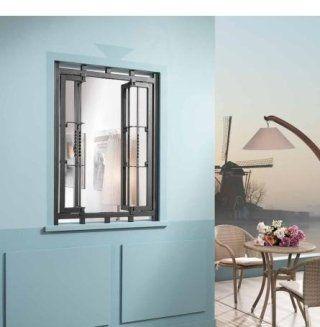 una finestra con le griglie aperte e accanto vista di un tavolino con i fiori