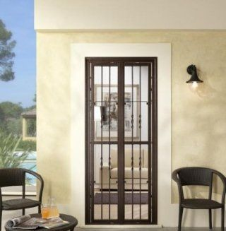 una finestra con le griglie e delle sedie sui lati