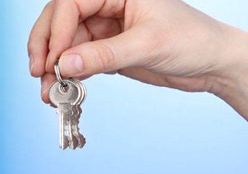 una mano con un mazzo di chiavi