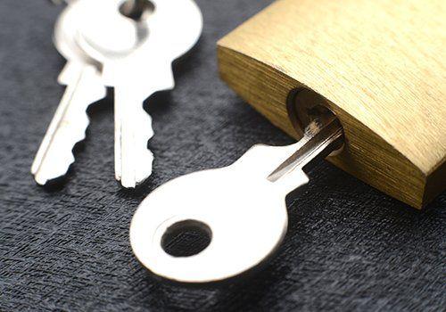 un lucchetto con delle chiavi