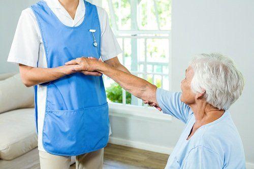 Assistente sanitario che assiste un anziana