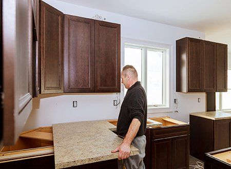 Genial Kitchen Renovation U2014 Contractor Installing A New Laminate Kitchen Counter  Top In Asheville, NC