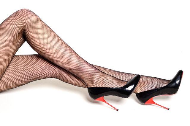 particolare di gambe di donna con calze a rete