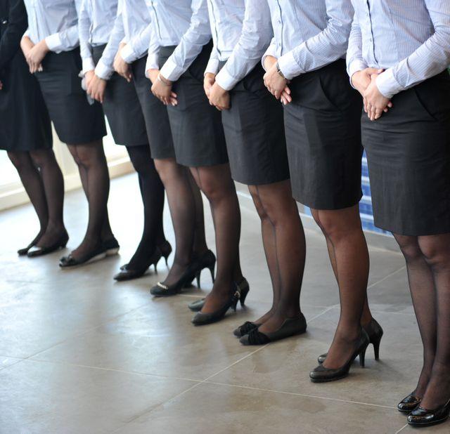 particolare di gambe da donna con calze nere