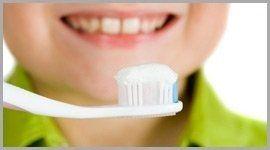 bambino sorridente pronto a lavarsi i denti