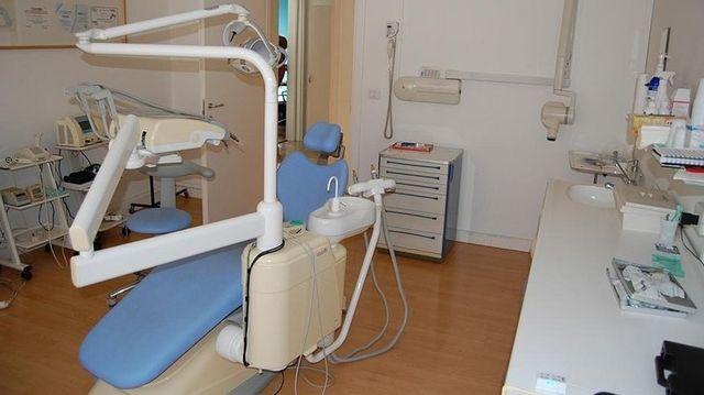 lettino in uno studio dentistico