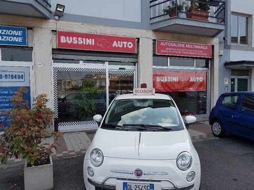 una Fiat 500 bianca davanti a Bussini Auto