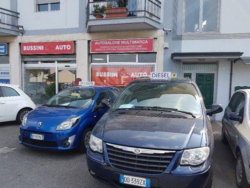 delle macchine parcheggiate davanti a Bussini Auto