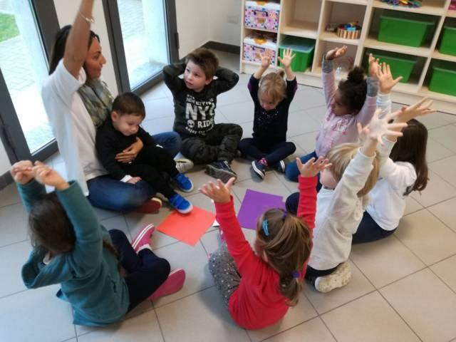 Bambini giocano con la maestra