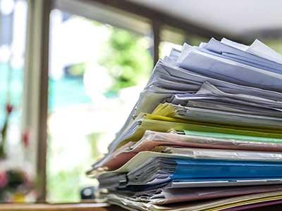 dei raccoglitori con dei documenti
