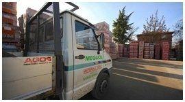 camioncino con materiali edili