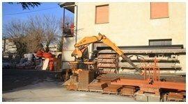 autogru per spostamento e uso di materiali edili