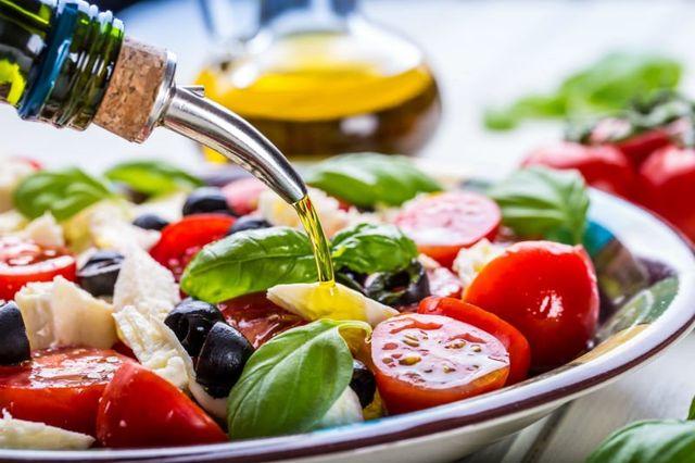un'insalata con pomodorini, olive e formaggio
