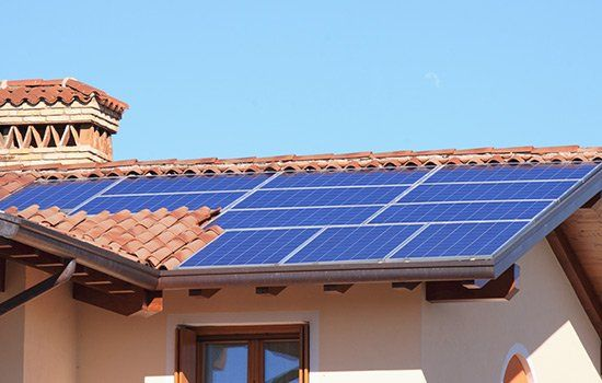 Vista di un tetto di una casa con dei pannelli solari installati