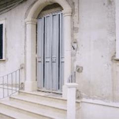 vista esterna di parete in marmo con porta ingresso