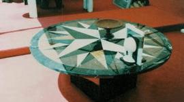 un tavolino con progettato