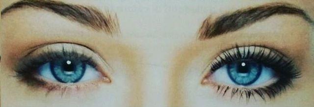 gli occhi azzurri di una donna