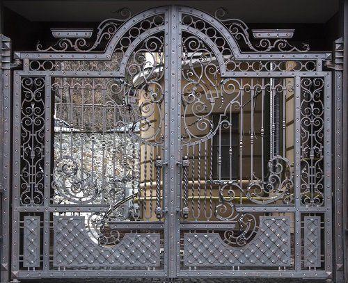 cancello con inserti artistici realizzato in ferro battuto