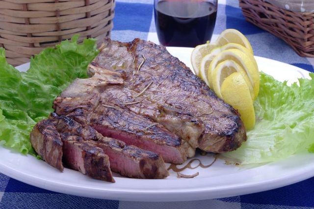 un piatto di tagliata di carne su letto di insalata