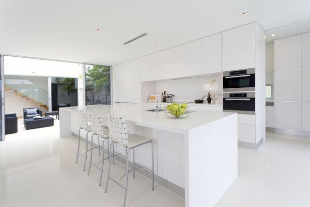 una cucina moderna bianca