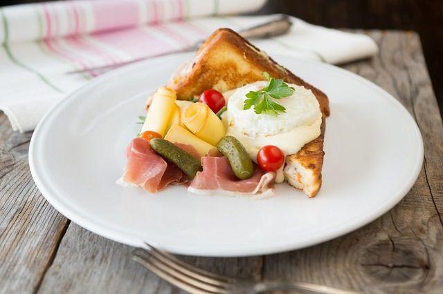 un tramezzino con formaggio, salumi e cetriolini