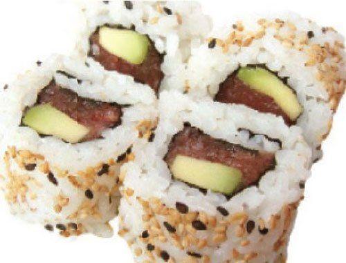 Sushi, palline di riso con all'interno pesce crudo e avocado