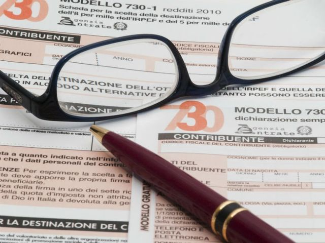 una penna è un paio di occhiali appoggiati su un 730