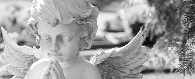 angelo di marmo che prega