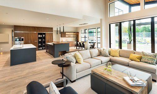 vista interna di una casa con divani bianchi e marroni e arredamenti