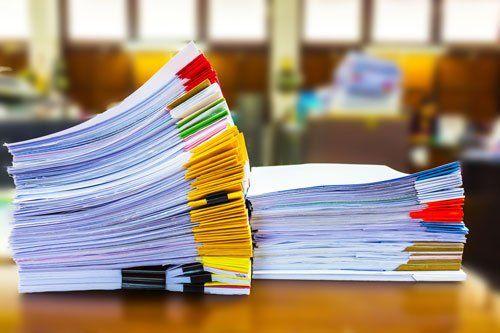 una serie di brochure bianche e a colori su un tavolo