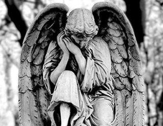 Statua funebre di un angelo in ginocchio