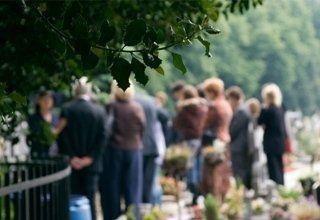 Campo lungo di partecipanti a un funerale