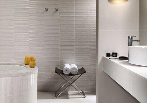un bagno con delle piastrelle grigie