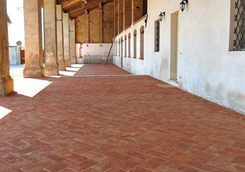 un corridoio con delle piastrelle marroni