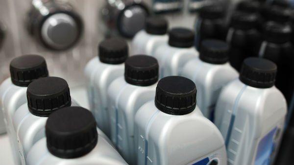 delle bottigliette di olio per motore