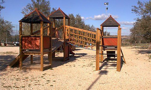 Un parco giochi con scivoli e casette in legno