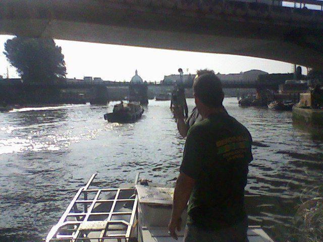 uomo che osserva delle barche sul fiume