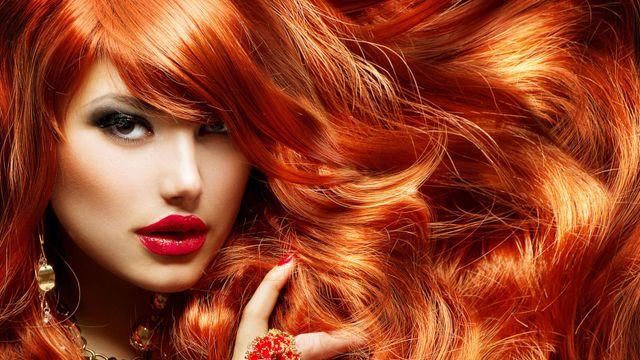 Una donna con capelli tinti di color rosso