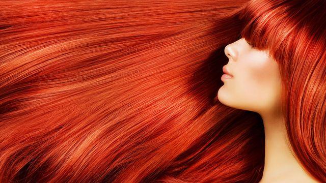 Una donna con frangetta e capelli tinti di rosso