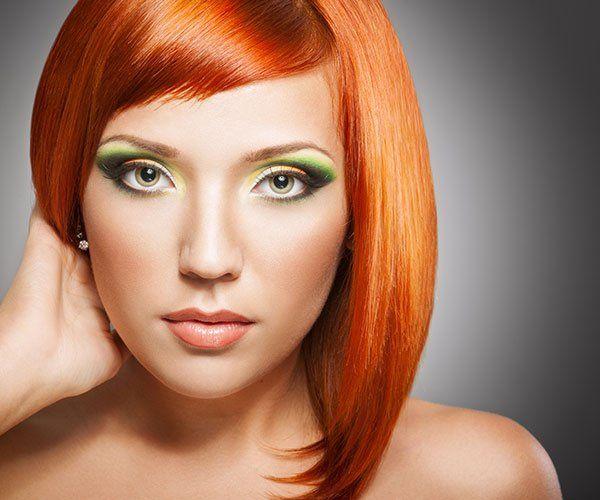 Una donna con capelli tinti di arancione