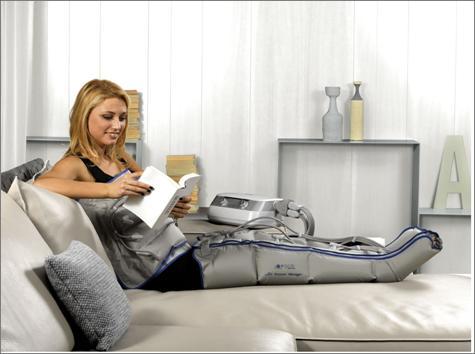 donna mentre usa un apparecchio per pressoterapia