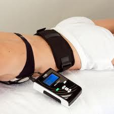 fascia e dispositivo MAG-700 Magnetoterapia sul corpo di una donna