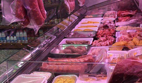 delle carni e dei prodotti gastronomici esposti dietro il bancone