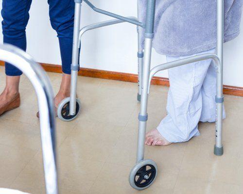 assistenza anziano con deambulatore